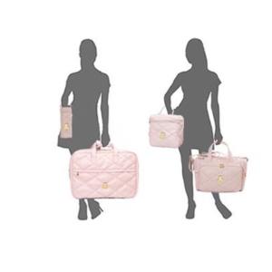 Silhuetas segurando as bolsas do kit maternidade em sintético rosa